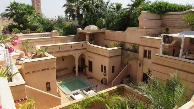 Riad privé situé dans le meilleur derb de la médina de Marrakech. Exceptionnel par ses volumes, 5 chambres, piscine, hammam et plusieurs niveaux de terrasse