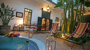 Emplacement idéal dans la médina. Authentique riad avec piscine, à deux pas de la place et des souks
