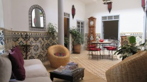 Car outside the door, comfortable riad of 5 bedrooms and beautiful terrace overlooking a palace