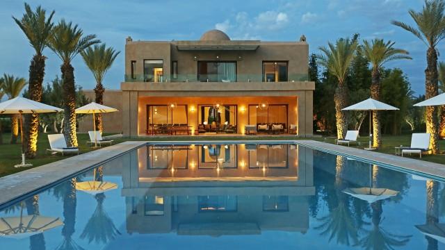 A 15 minutes du centre-ville, remarquable villa contemporaine de 7 chambres, piscine extérieur et intérieur, spa, chauffage central, confort optimal, sur 15 000 m² de terrain