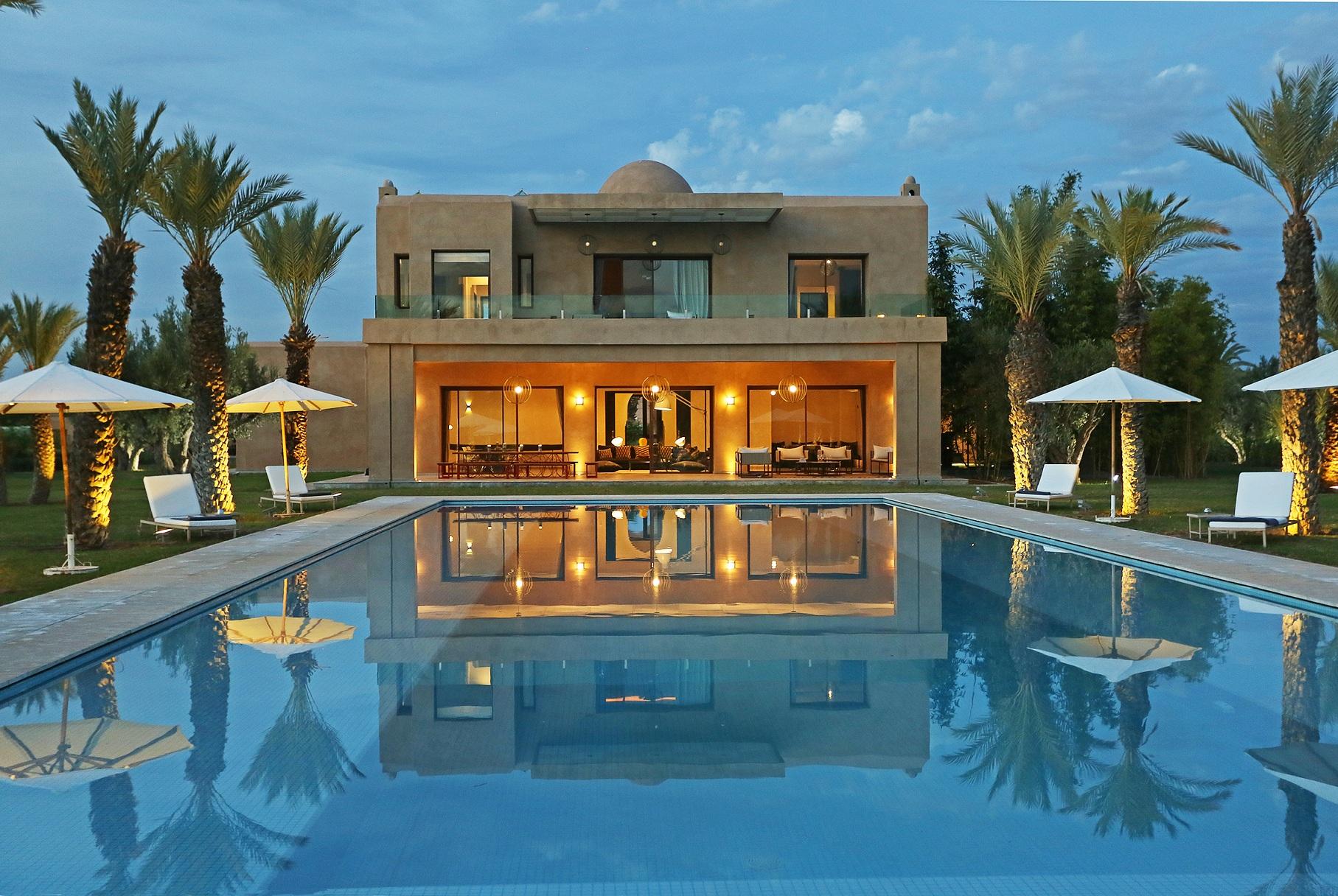 luxueuse villa contemporaine magnifiques espaces confort de haut standing moins de 20. Black Bedroom Furniture Sets. Home Design Ideas