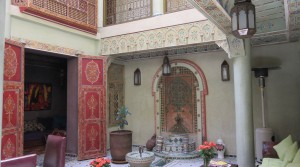 Magnificent work of artisans. Very beautiful riad with 5 bedrooms, jacuzzi, good neighborhood and car access
