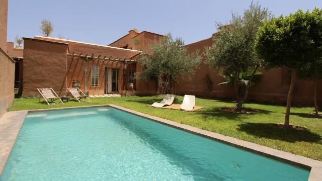 Un coin de paradis à 24 kilomètre de Marrakech. Véritable maison de campagne avec piscine, 6 chambres et des petits coins jardin plein de charme