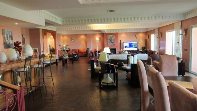Certainement l'un des plus grands appartements de Marrakech. Volumes de pièces impressionnants, sans oublier la somptueuse terrasse