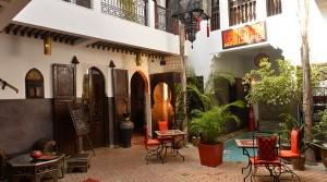 Beau riad avec accès voiture. 7 chambres, piscine, jacuzzi sur la terrasse, proche du palais royal