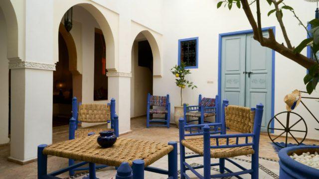 Magnifique riad situé dans un excellent quartier avec accès voiture à proximité. 5 belles chambres, grandes salle de bain, magnifique salon avec cheminée, jacuzzi sur la terrasse, confort optimal
