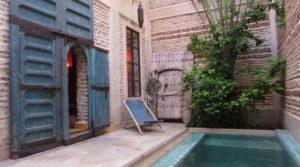 Son charme ne peut vous laisser indifférents, riad double patio, 5 chambres, piscine et belle terrasse