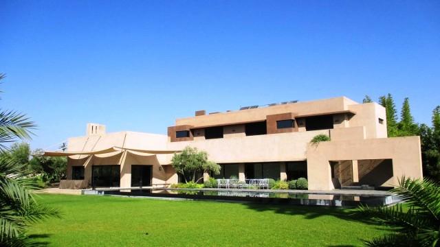 Somptueuse villa dans la palmeraie. 4 belles suites, magnifique cuisine, magnifique salon, splendide jardin avec piscine à débordement
