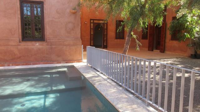Magnifique villa située dans une residence privée, 3 chambres, deux salons, cuisine, jardin avec piscine, proche d'un centre commercial