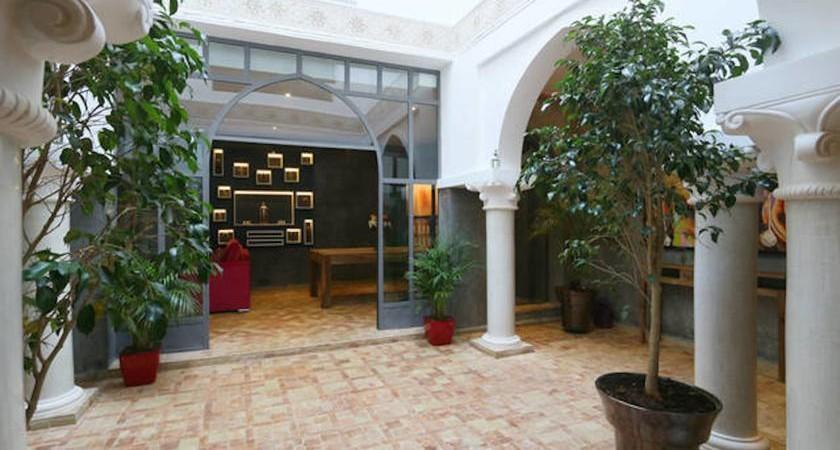 Situé dans l'un des meilleurs quartiers de la médina, magnifique riad de 3 belles chambres, jacuzzi et hammam sur la terrasse