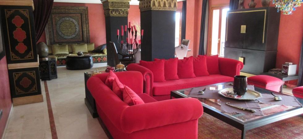 Luxueux appartement en centre-ville, 2 chambres, magnifique salon, cuisine Américaine,terrasse de 150 M² et parking