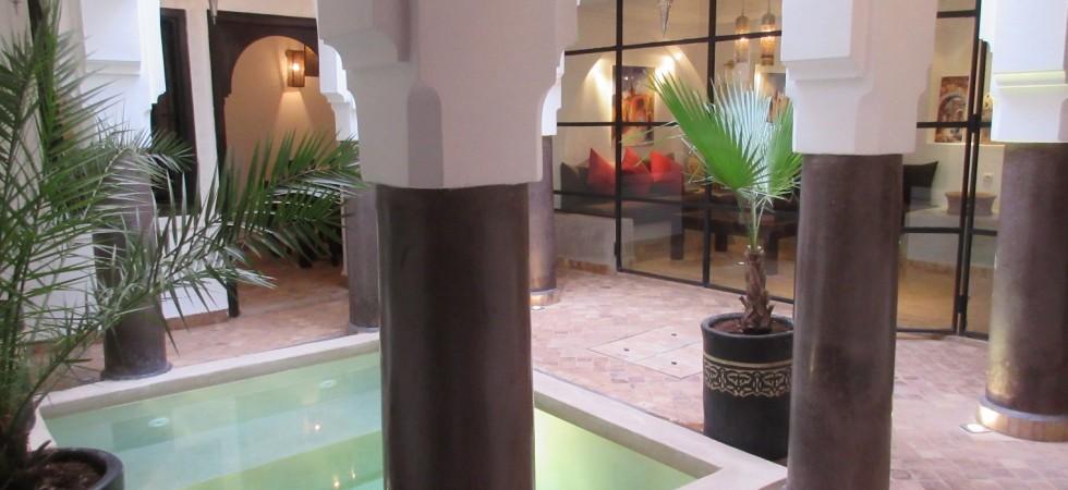 Magnifique riad de 4 chambres, bassin, situé dans un excellent quartier. Rentabilité locative très intéressante