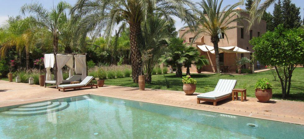 Situé à 9 km de Marrakech, sur la route de Fès, superbe villa de 7 chambres, piscine et hammam