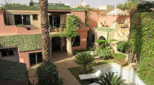 Unique, property in the medina with integrated garage and small private parking for 3 to 4 places. Swimming pool, beautiful garden, exceptional location