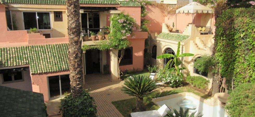 Unique, exceptionnel dans la médina. Entre le riad et la villa, somptueuse propriété avec garage et places de parking. A quelques secondes du Gueliz, pour tous projets