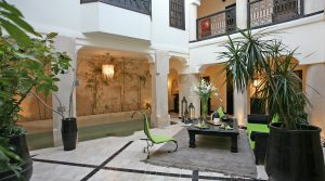 Alliance parfaite entre l'art mauresque et contemporain, splendide riad