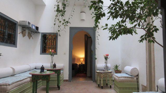 Charmante petite maison d'hôtes de 4 chambres à 6 minutes de la place. Un charme fou, belles chambres, magnifique terrasse, un véritable petit coin de bonheur