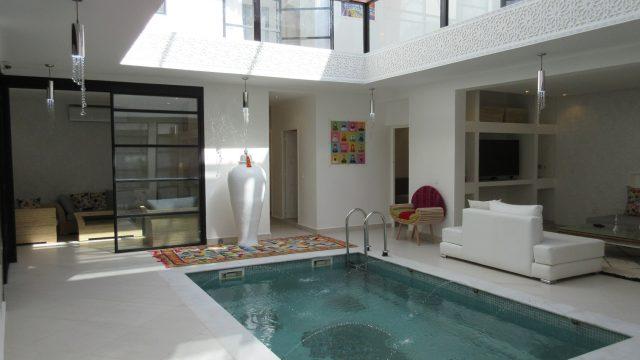 Somptueux riad contemporain de 5 belles chambres. Piscine, hammam, jacuzzi sur terrasse, situé dans l'excellent quartier de Sidi Mimoune
