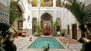 Magnifique riad du 18 siècle situé au cœur de la médina. Proche des lieux incontournables à visiter, 3 patios, piscine, spa, avec accès voiture