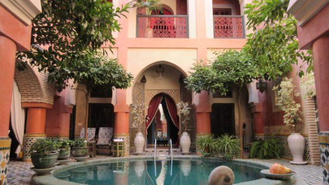 Exceptionnel riad privé à 300 mètres de la place Jamaâ El Fna. Très beaux volumes, magnifique piscine, sans oublier la spacieuse terrasse