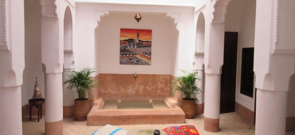 Magnifique riad dans la pure tradition de l'art mauresque. Situé à 6 minutes à pied de la place Jamaâ El Fna avec 4 chambres et un bassin. Riad privé pour passer des moments inoubliables sans oublier la possibilité d'envisager un rendement locatif certain