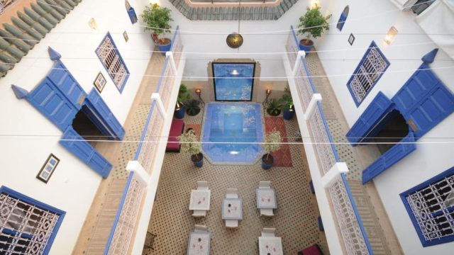 Idéalement placé dans la médina de Marrakech avec accès voiture parfait. Magnifique riad de 5 belles chambres, piscine-jacuzzi, très belle terrasse, dans un excellent quartier