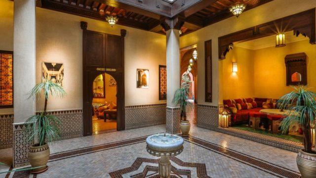Hôtel boutique de 27 chambres situé entre la place Jamaâ El Fna et la place des ferblantiers. Grande capacité d'hébergement, donnant lieu à des évènements tels que mariages ou séminaires. Hammam Spa, piscine sur la terrasse sans oublier l'accès voiture ou bus touristique devant l'entrée de l'hôtel