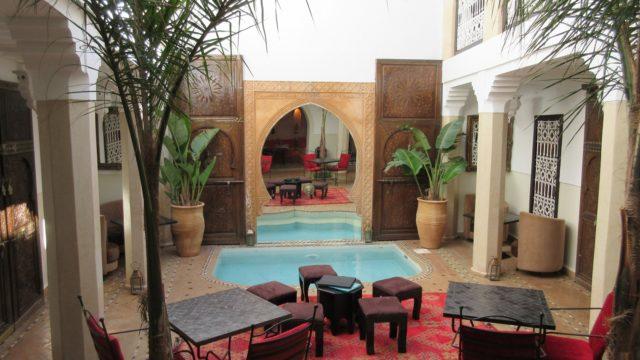 Magnifique riad de 5 chambres avec bassin dans la médina de Marrakech. A deux minutes de la place Jamaâ El Fna, des souks, emplacement parfait