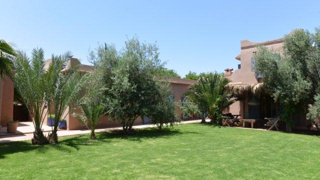 Magnifique maison de campagne de plein pied à 17 km de Marrakech. Véritable havre de paix ou il fait bon vivre. Charme, sobriété, beldi chic. 4 chambres, une dépendance, deux jardins, agencement remarquablement bien pensé. Possibilité d'extension pour tous projets, piscine à créer
