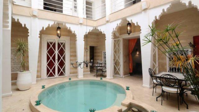 Charmant riad situé dans un authentique quartier de la médina. 6 chambres, piscine et magnifique terrasse. Parking à proximité et à 10 minutes environs de la place Jamaâ El Fna
