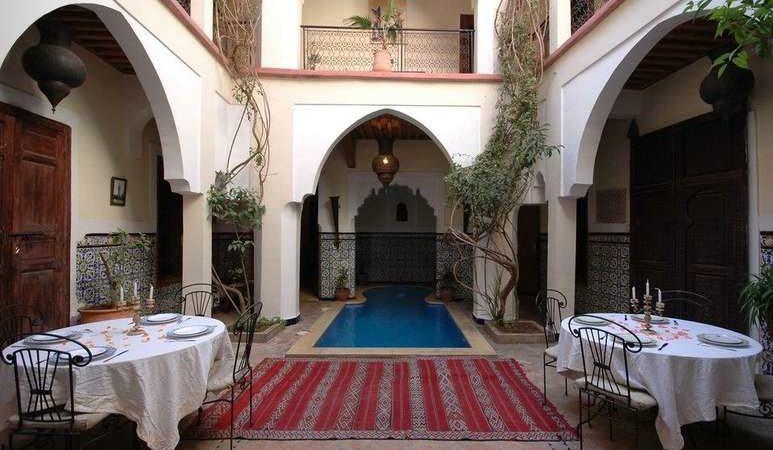 Riad de 10 suites et chambres, grosse capacité d'hébergement. Piscine, grande terrasse, situé dans un bon quartier avec l'avantage de stationner tous véhicules devant l'entrée. Avec un peu de rafraichissement et décoration, fort potentiel