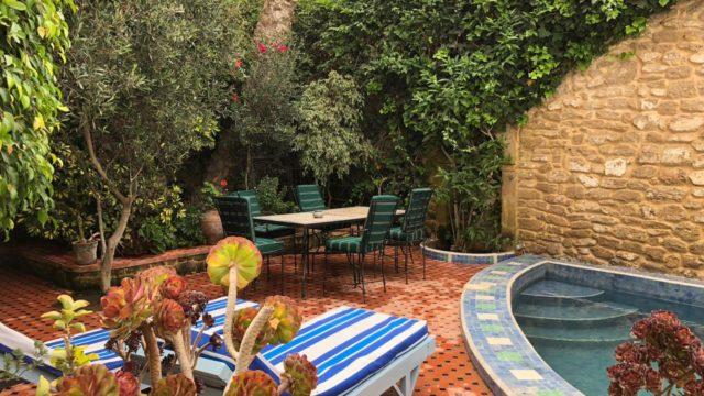 Magnifique riad dans la médina d'Essaouira. 2 chambres, salon et cuisine par étage. Exploiter le riad dans sa totalité ou par appartement privatif, vous avez les deux possibilités. Le seul riad proposant un jardin avec piscine et vue panoramique sur l'océan