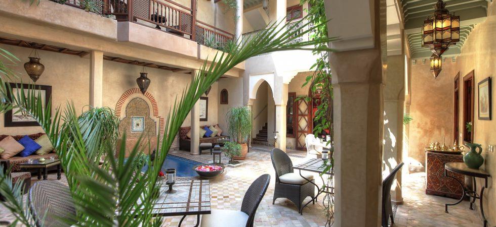Magnifique maison d'hôtes dans la médina de Marrakech. Beau patio avec bassin, 5 belles chambres, belle terrasse sans oublier le confort du toit électrique et accès voiture à 150 mètres de la porte