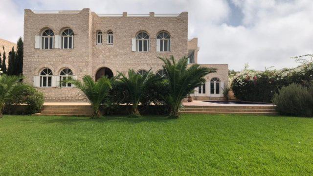 Magnifique villa aux alentours d'Essaouira. Elle propose un confort remarquable et les amoureux de la pierre devraient s'y retrouver. 4 belles chambres, magnifique espace de vie, hammam traditionnel et piscine