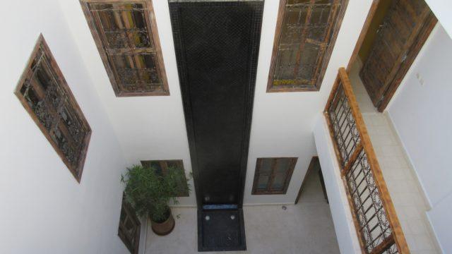 Emplacement parfait à quelques pas de la place Jamaâ El Fna. 5 chambres, bassin sur une belle terrasse. Pour pied à terre ou tout autre projet, quel que soit votre choix, la réussite sera au rendez-vous