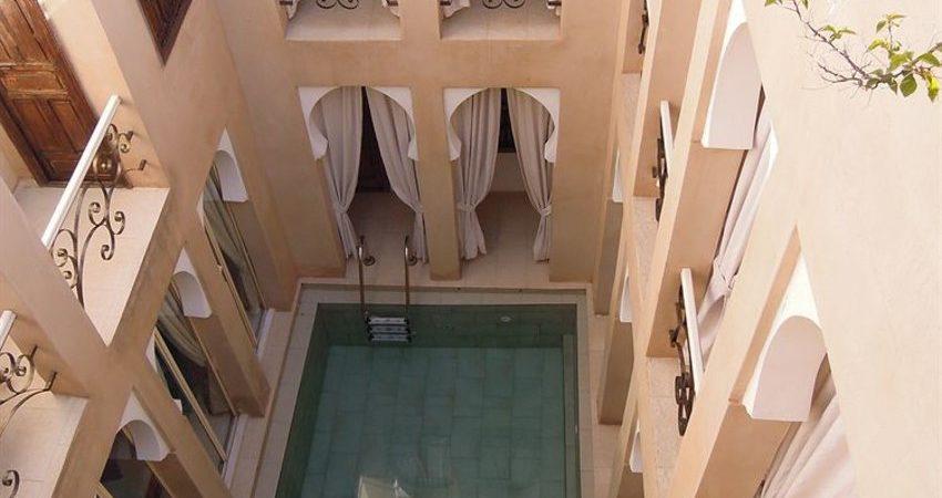 Magnifique maison d'hôtes dans la médina de Marrakech. 5 belles chambres, piscine et très belle terrasse. Situé dans l'un des meilleurs quartiers, voisin du palais Royal