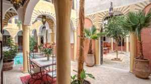 A decade of exploitation at your service. A short distance from the Jamaâ El Fna square while being quiet. 4 patios, small function douiria and heated pool. Accommodation capacity of 30 people. Very nice business deal
