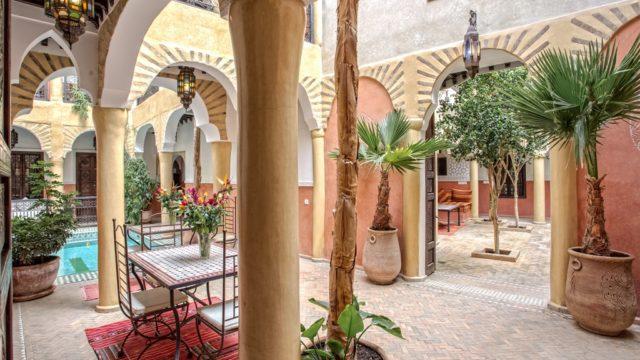 Magnifique riad en exploitation depuis plus de 10 ans dans la médina de Marrakech. 12 chambres et suites pour une capacité d'hébergement de 30 personnes. Remarquable aussi bien dans sa tenue que dans sa commercialisation, excellente affaire à deux pas de la place Jamaâ El Fna