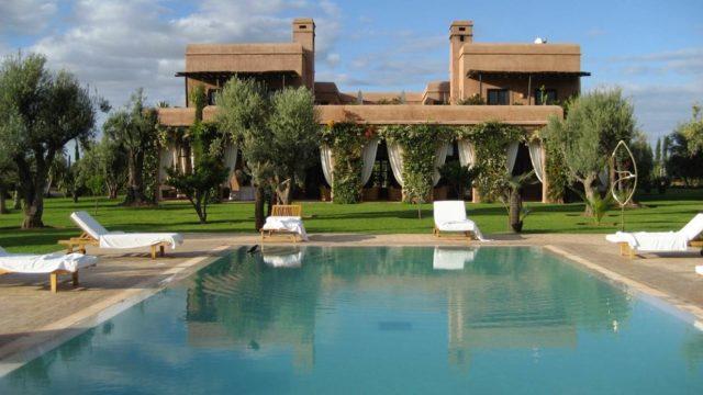 Exceptionnelle villa sur 3.6HA. 7 belles chambres, chauffage central, climatisation réversible, confort remarquable. Petit pavillon d'amis indépendant, magnifique jardin avec piscine et court de tennis. Véritable havre de paix à 30 minutes de Marrakech