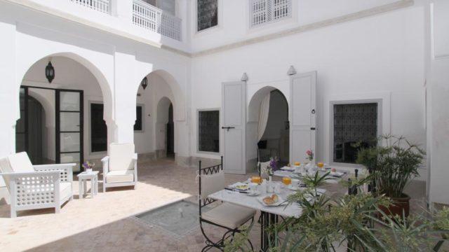 Situé à deux pas du musée de Marrakech, magnifique riad aux lignes sobres et épurées. Magnifique maison d'hôtes idéalement placée, 5 chambres, bassin de rafraîchissement et belle terrasse