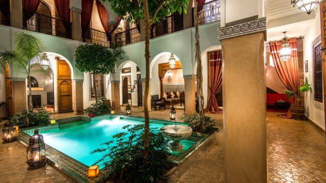 Magnifique maison d'hôtes située dans un excellent quartier avec accès voiture. Huit belles chambres, piscine, spa et magnifique terrasse. Accès voiture à 10 mètres de la porte