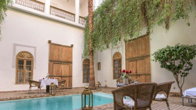 Somptueuse maison d'hôtes à proximité de la place Jamaâ El Fna. De très beaux volumes de pièces, chacune ayant une cheminée. Magnifique patio avec piscine sans oublier une très belle terrasse avec vue panoramique sur la médina. Pour finir, un dernier atout, accès voiture direct au riad
