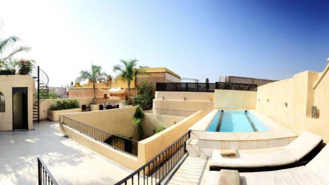 Remarquable riad situé à 8 minutes de la place Jamaâ El Fna. Prestations haut de gamme à tout point de vue. 5 très belles chambres, lieux communs de vie agréables et piscine chauffée sur la terrasse