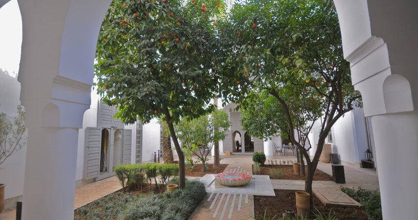Exceptionnel riad du 18 siècle. Un vrai, un magnifique jardin avec sa fontaine centrale, situé à 6 minutes de la place Jamaâ El Fna