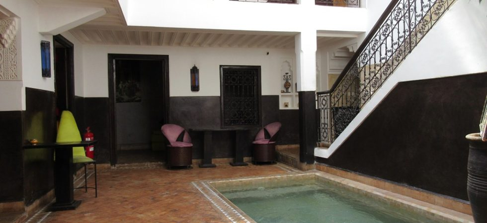 Charmant riad de 4 chambres, bassin et couverture patio électrique. Situé à deux minutes de la place Jamaâ El Fna, emplacement idéal pour recevoir ses hôtes