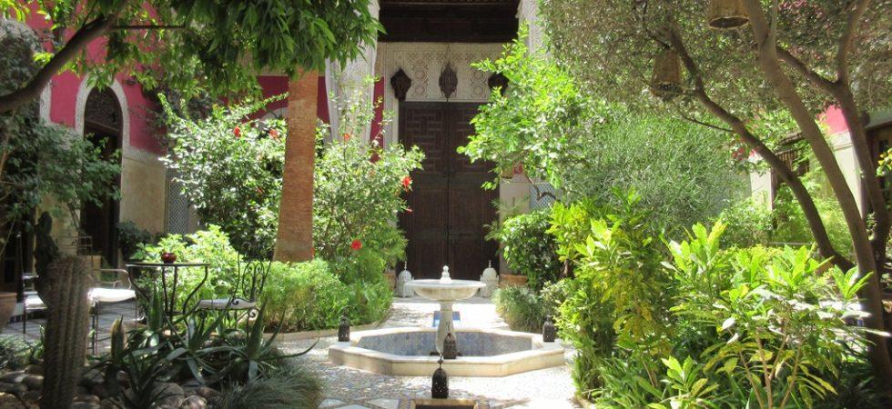 Somptueux riad, ancienne demeure du pacha Glaoui. Magnifique jardin avec son b'hou. Une suite royale avec ses boiseries et zellijes du 18 siècle, sans oublier les 4 belles chambres. Plusieurs niveaux de terrasse, à 7 minutes de la place Jamaâ El Fna avec accès voiture