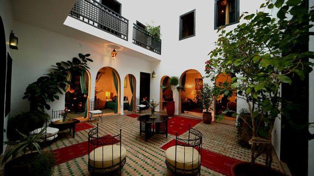 Charmant riad de 6 belles chambres dans la médina de Marrakech. Piscine chauffée en terrasse par pompe à chaleur, espaces de vie intéressant, il fait bon vivre dans se riad. Situé dans un bon quartier avec dépose voiture à toute proximité