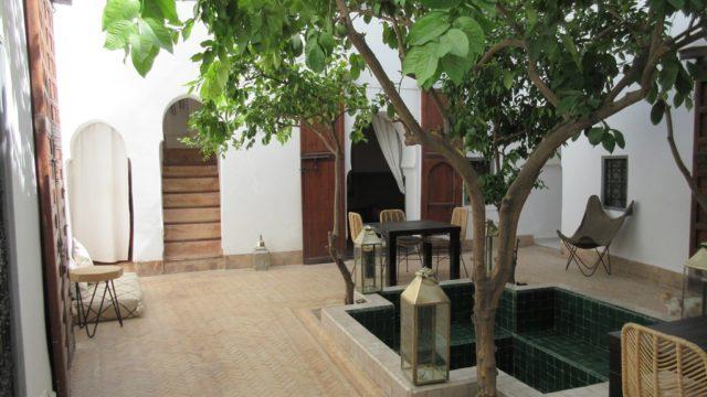 Magnifique, authentique riad du 18 siècle. Sa sobriété fait de ce lieu un véritable petit havre de paix. Un patio arboré, bassin de rafraichissement, 5 chambres et belle terrasse. Une fois sur place, difficile d'en sortir