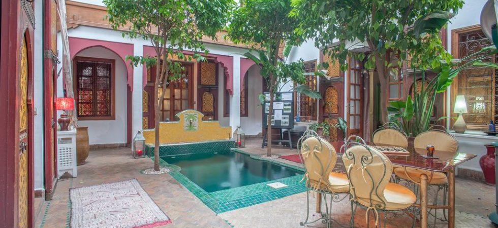 Magnifique maison d'hôtes de 6 belles chambres dans la médina de Marrakech. Le charme opère instantanément, piscine, hammam, un vrai havre de paix
