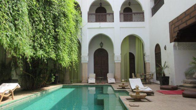 Somptueuse maison d'hôtes repartie sur 3 patios. 12 belles chambres, belle piscine, un spa et très belle terrasse. De très beaux volumes, les espaces de vie étant fort agréables. Accès voiture parfait avec un parking à 100 mètres du riad